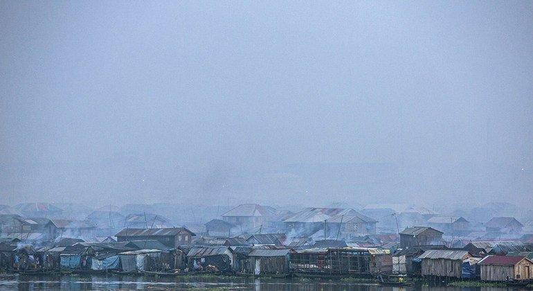 Las emisiones de los vehículos, los generadores diesel, la quema de biomasa y masura contribuyen a la mala calidad del aire en Lagos, Nigeria