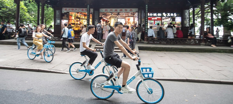 Jóvenes en bicicleta en Hangzhou, China