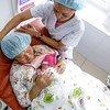 2015年9月4日,在蒙古国乌兰巴托国家母婴保健中心,一位母亲和她刚出生的婴儿。
