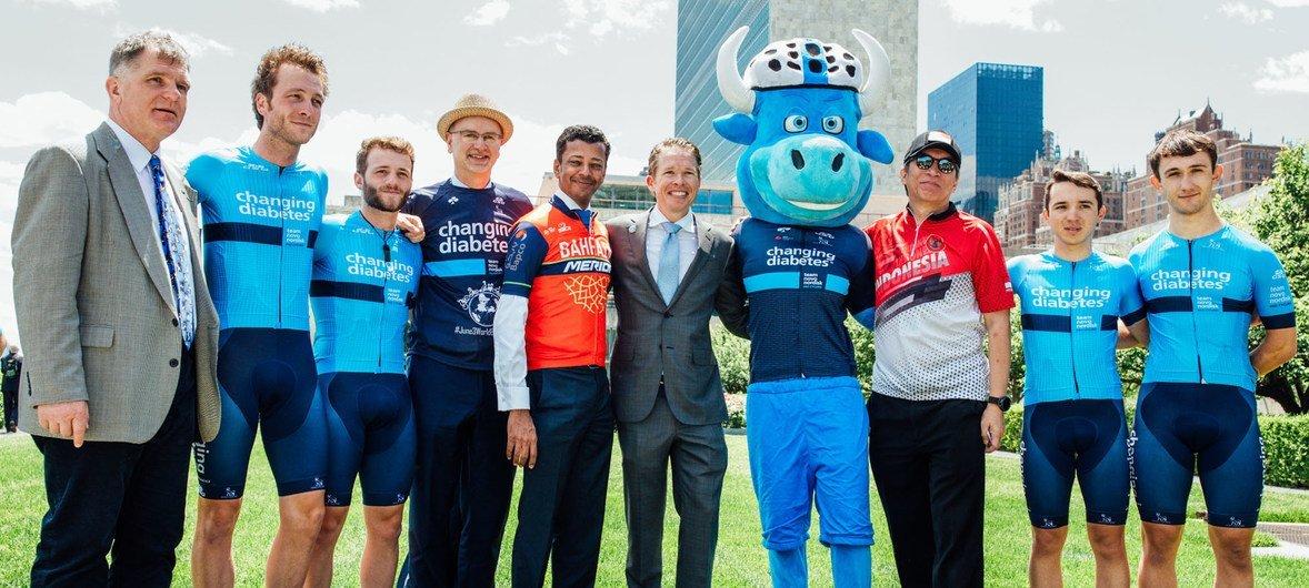 Les ambassadeurs d'Indonésie, de Nouvelle-Zélande et de Bahreïn se sont joints aux athlètes de l'équipe Novo Nordisk pour célébrer la Journée mondiale du vélo au siège de l'ONU à New York.