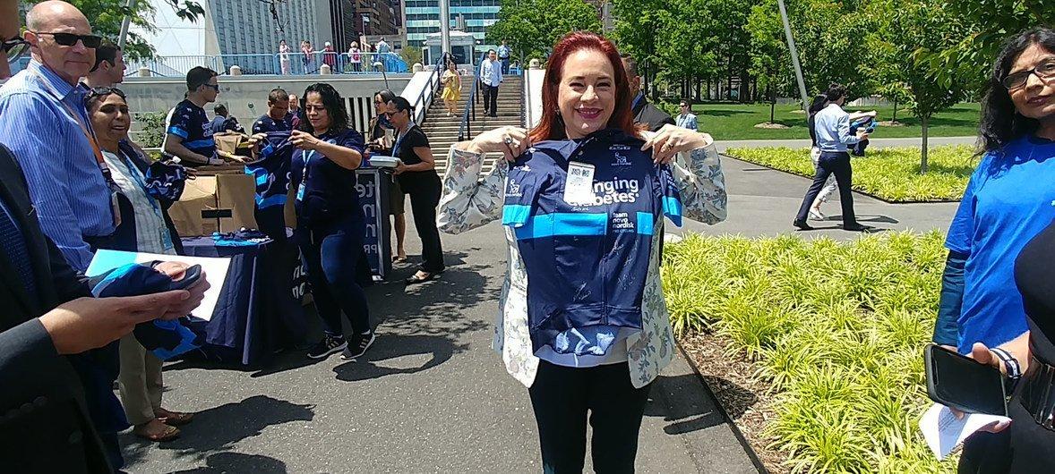 La Présidente de l'Assemblée générale des Nations Unies, María Fernanda Espinosa, pose avec une chemise lors d'un événement organisé au siège des Nations Unies à New York à l'occasion de la Journée mondiale du vélo, le 3 juin 2019.