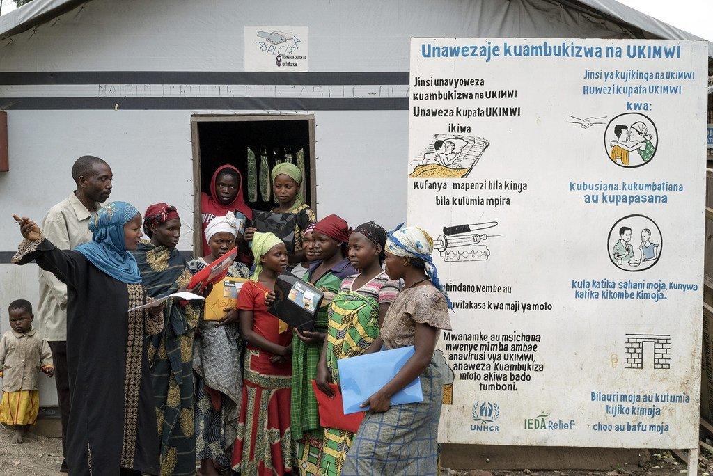 مجموعة من النساء في مخيم للنازحين في جمهورية الكونغو الديمقراطية يناقشن كيفية الوقاية من الأمراض المنقولة جنسياً مثل فيروس نقص المناعة البشرية. (ملف 2014)