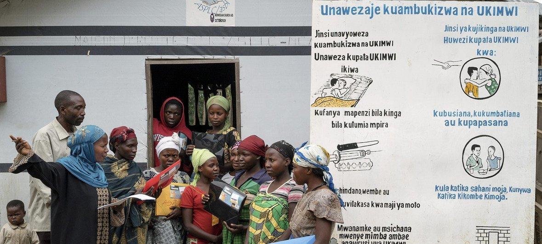 刚果民主共和国流离失所者营地的妇女讨论预防艾滋病毒等性传播疾病。
