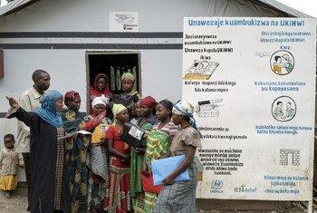 Mujeres en un campamento de desplazados de la República Democrática del Congo discuten la prevención de enfermedades de transmisión sexual.