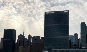 多云阳光下映衬的联合国纽约总部