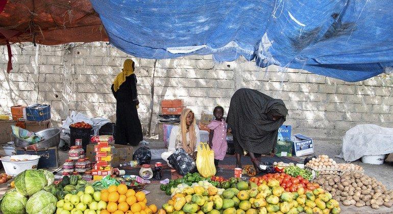 في اليوم العالمي لسلامة الأغذية، تؤكد الأمم المتحدة أهمية الدور الذي يمكن أن يقوم به كل فرد في هذا المجال. الصورة: أحد الأسواق في تشاد. (فبراير 2019)