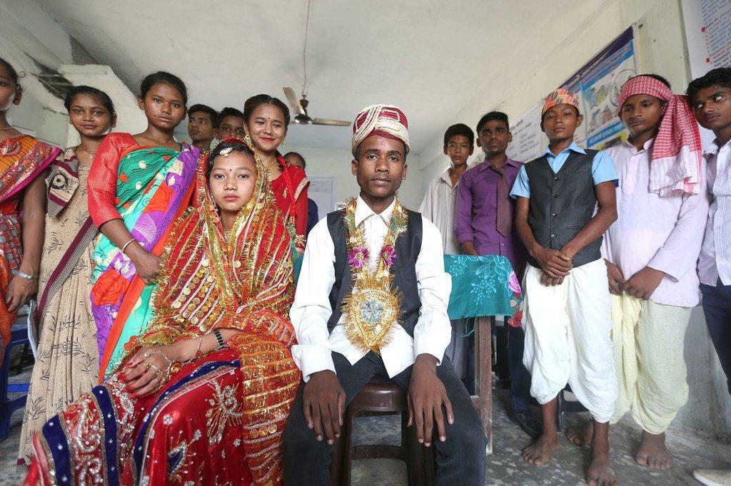 Des adolescents de la municipalité de Gujara, dans le district de Rautahat, au Népal, réalisent un sketch sur le mariage des enfants dans le cadre du Programme mondial UNFPA-UNICEF pour mettre fin au mariage des enfants.