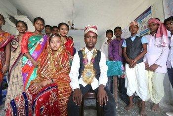 尼泊尔古吉拉市的青少年表演有关童婚的小品,作为人口基金和儿基会反对童婚活动的一部分。