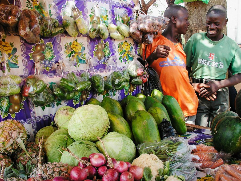 FAO na WHO waungana kuzisaidia nchi kuzuia, kudhibiti na kukabiliana na hatari katika mnyooro wa usambazi chakula ili kuepuka maradhi na athari. pichani ni soko la chakula mjini Kampala Uganda.