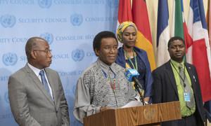 سفير جنوب أفريقيا، محاطا بسفراء غينيا الاستوائية وكوت ديفوار والاتحاد الأفريقي لدى الأمم المتحدة، يتحدث إلى الصحفيين أمام قاعة مجلس الأمن.