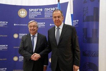 Le Secrétaire général de l'ONU, António Guterres , et le Ministre russe des affaires étrangères, Sergueï Lavrov, au Forum économique international de Saint-Pétersbourg, en Russie.