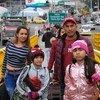 Una familia venezolana cruza el puente entre Ecuador y Colombia