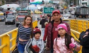 Une famille du Venezuela confrontée à la crise dans leur pays traverse un pont à la frontière entre l'Equateur et la Colombie en juin 2019.