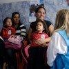 ARCHIVO:La directora de comunicación de UNICEF habla con una madre que ha llevado a su hija a un examen nutricional en una escuela a las afueras de Caracas, Venezuela