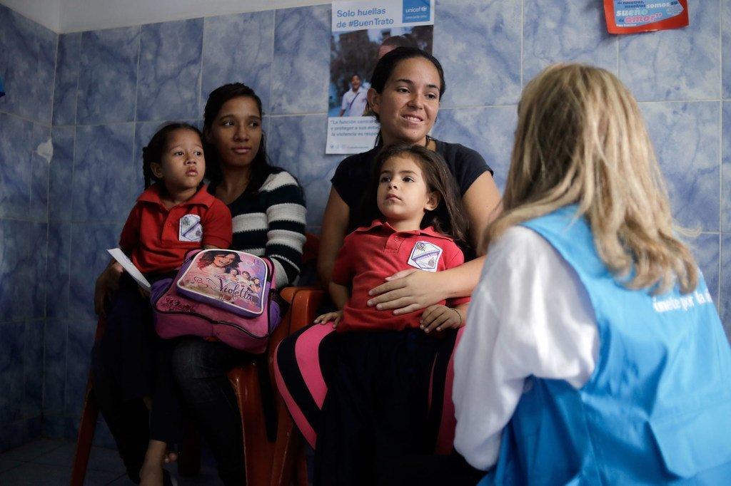 Dans une école de la banlieue de Caracas, au Venezuela, une représentante de l'UNICEF s'entretient avec une mère qui a amené sa petite fille pour un dépistage nutritionnel. (3 juin 2019)