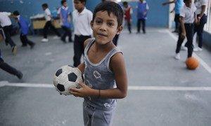 Un enfant joue au football sur le toit de l'école El Carmen, à Barrio Union, dans la banlieue de Caracas, au Venezuela.