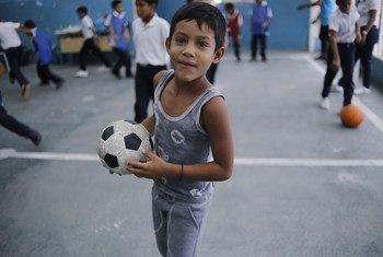 Un niño juega al fútbol en la escuela El Carmen en Petare, Caracas, Venezuela