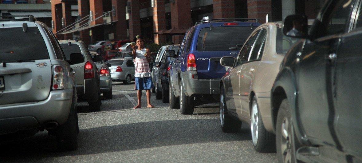 Um garoto pede esmola nas ruas de Caracas, capital da Venezuela.