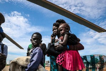 五架直升机相继驶出,将86名以妇女和儿童为主的流离失所者运送到南苏丹琼莱地区的尤艾。 他们受到多年未见的朋友和家人的欢迎。