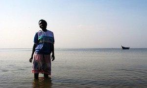 Les femmes représentent la moitié de la main-d'œuvre engagée dans la capture et la récolte du poisson sauvage et d'élevage. Une femme d'Entebbe est photographiée sur les rives du lac Victoria, en Ouganda.