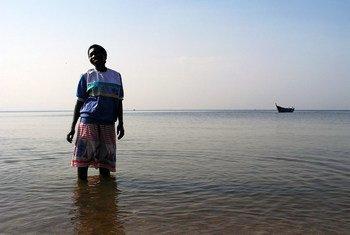 Mulher no lago Victoria, no Uganda