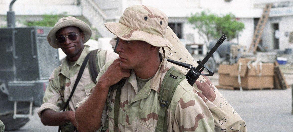 1993年5月,摩加迪沙机场,联合特遣部队的美国海军陆战队成员准备离开索马里。