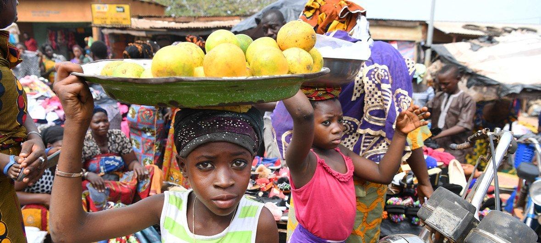 Watoto wakiuza matunda kwenye soko  moja mjini Korhogo, Kaskazini-magharibi mwa Côte d'Ivoire. Hali kama hiyo ndiyo anapambana nayo Namirembe nchini mwake Uganda