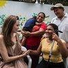 在哥伦比亚里奥阿查,难民署特使安吉丽娜·朱莉会见了17岁的埃斯特·巴尔博扎,他从三岁开始失明,由于缺乏医疗服务而离开委内瑞拉。