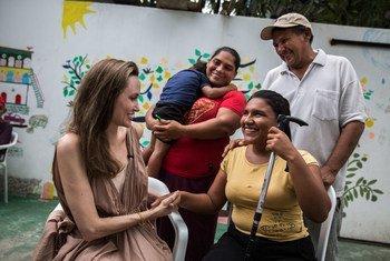 Angelina Jolie habla con Ester Barboza, una joven ciega que tuvo que irse de su país por falta de cuidados médicos. Rioacha, Colombia.