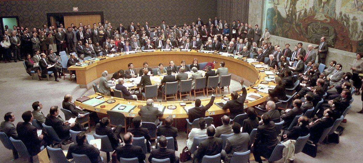 """1990年11月29日,根据安理会第678号决议,安理会把1991年1月15日作为伊拉克履行联合国决议的最后期限,并授权成员国同科威特合作,采取《联合国宪章》第七章允许的""""一切必要手段""""来履行安理会的决议,恢复该地区的国际和平与安全。"""