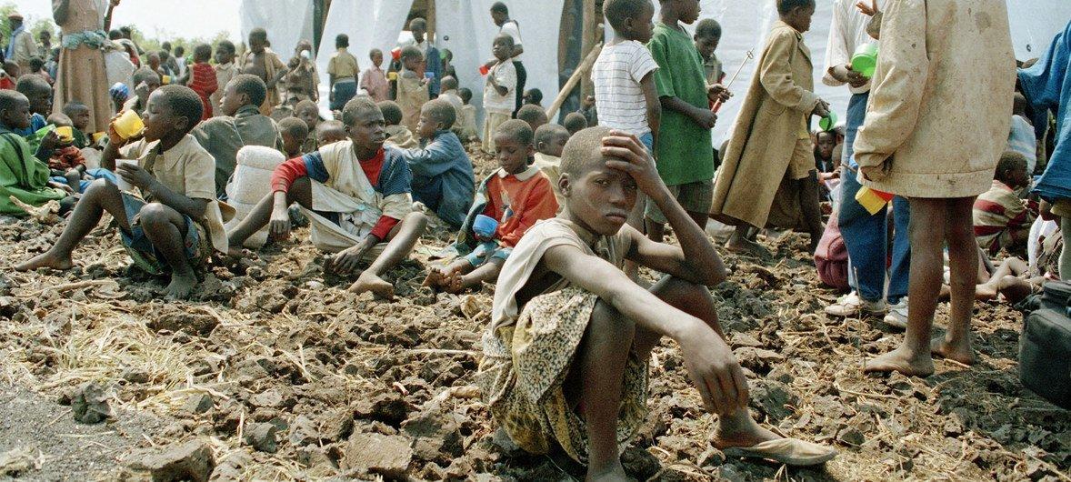 1994年7月,失去父母的卢旺达儿童在位于戈马的难民营中。卢旺达大屠杀的发生常被视作是联合国工作的一次重大失败。