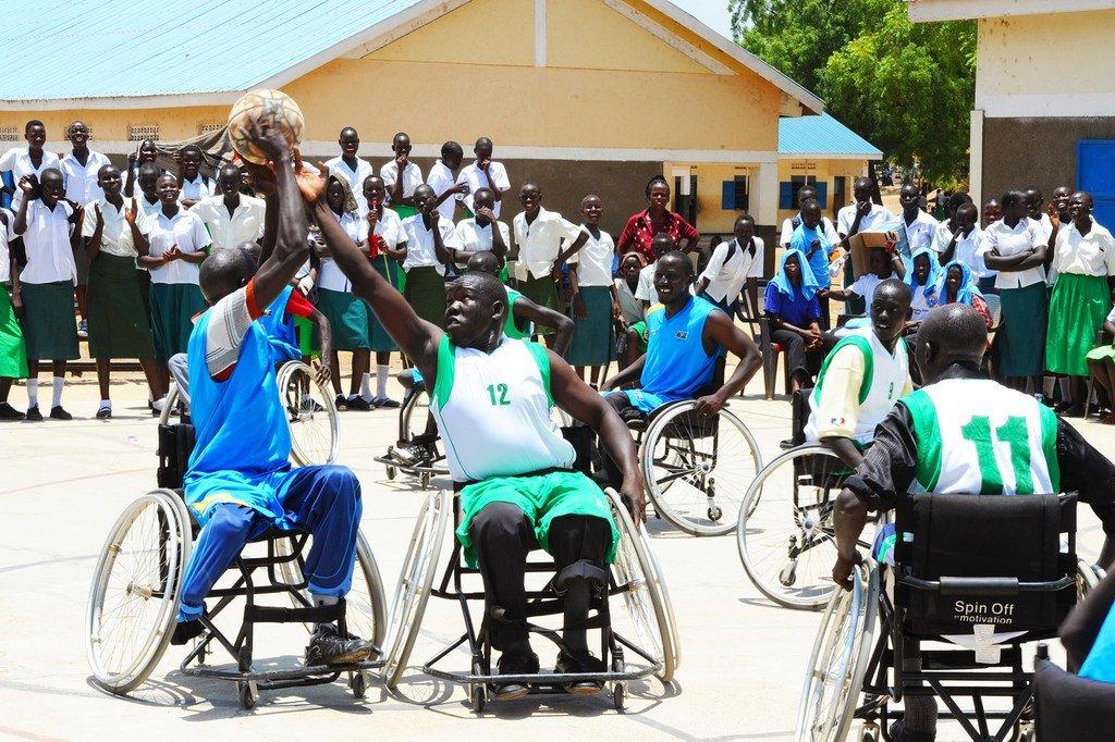 南苏丹残疾运动员在玩轮椅篮球。