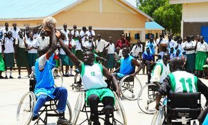 Deportistas con discapacidad jugando al baloncesto en Sudán del Sur.