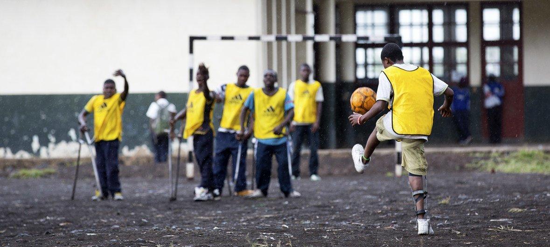 Niños con discapacidad juegan al fútbol en un proyecto apoyado por los cascos azules en la República Democrática del Congo.