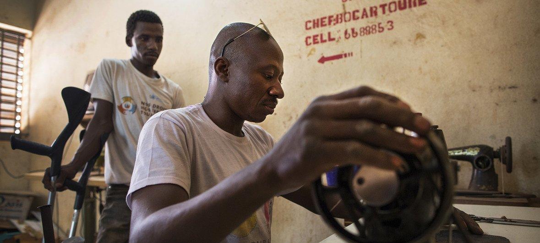 马里的一个残疾人协会教其成员生产肥皂和鞋子等商品。(2017年)