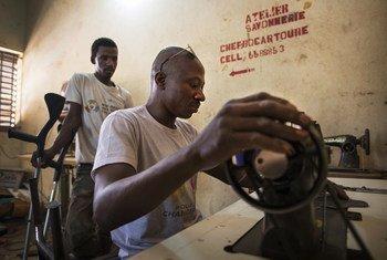 Chama cha watu wenyeulemavu nchini Mali kinafundisha wanachama wake jinsi ya kuzalisha na kutengeneza bidhaa kama vile sabuni na kushona viatu. (Picha maktaba-2017)