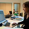 Una empleada trabaja en su oficina de una agencia de exportación en Túnez.