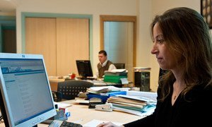 突尼斯一家外贸推广公司的一名妇女正在工作。