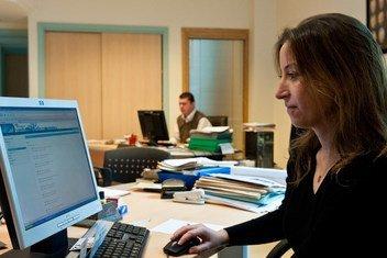 سيدة تعمل في مكتبها بشركة تصدير.