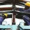 Trabajadores mantienen la estación térmica de Takoradi, en Ghana.