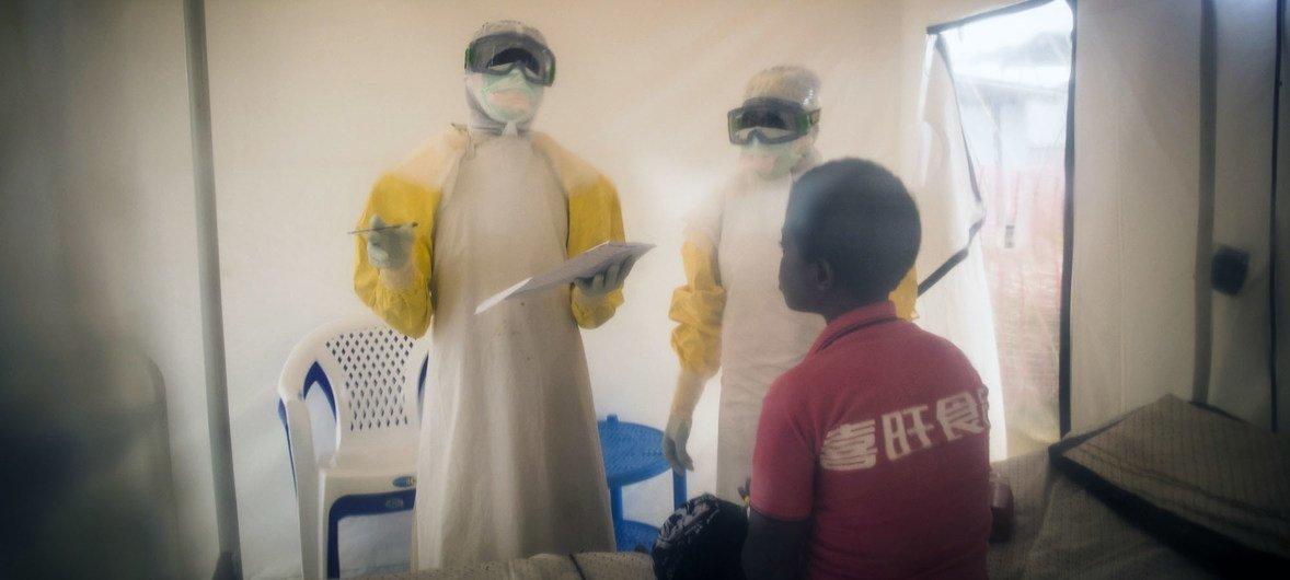 Trabajadores sanitarios tratan a un posible paciente de Ébola.