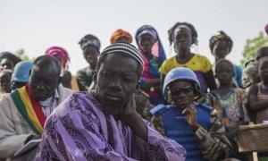 Des Casques bleus sénégalais lors d'une opération de sécurisation et de sensibilisation auprès de civils dans la région de Mopti au Mali.