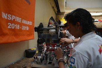 Un grupo de estuidantes, en su mayoría mujeres, representaron a México en una competición internacional de robótica. En la imagen Claudia y el robot.