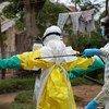 شطف معدات الوقاية من الإيبولا في منطقة بني في جمهورية الكونغو الديمقراطية. (31 مايو 2019).