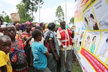 Un volontaire de la Croix-Rouge explique à des Congolais les dangers d'Ebola à la frontière entre la République démocratique du Congo et l'Ouganda.