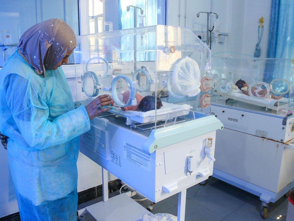 Des nourrissons nés prématurément sont soignés à l'hôpital d'Alsabeen, Sana'a, Yémen. Ici, un membre du personnel de l'UNICEF (à gauche) visite l'hôpital.