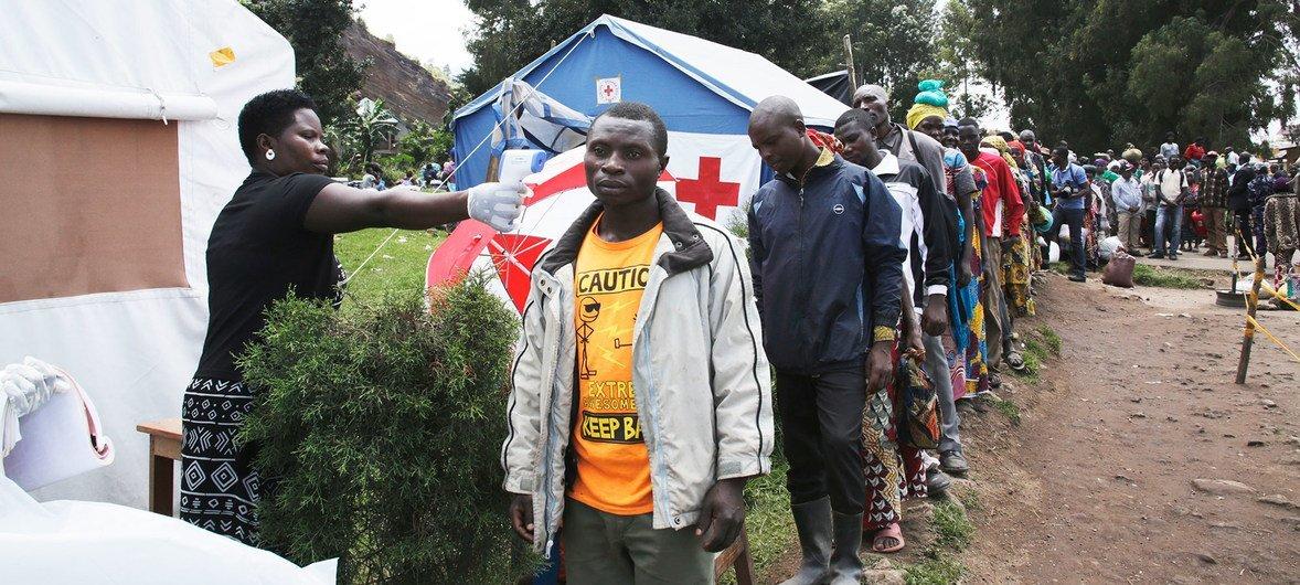Вспышка лихорадки Эбола является чрезвычайной ситуацией для ДРК и всего региона. На пограничном переходе между ДРК и Угандой установлен медицинский контроль для выявления симптомов инфекции.