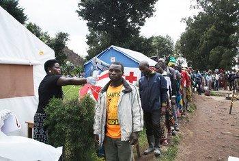 Mhudumu wa afya akipima joto la mwananchi kwenye eneo la mpakani mwa Jamhuri ya Kidemokrasia ya Congo, DRC na Uganda. Wahudumu wa afya kwenye kituo hiki wamekuwa wakichukua vipimo kubaini iwapo wananchi wana Ebola au la. (12 Feb 2019)