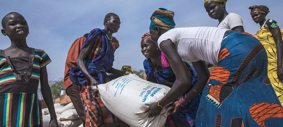दक्षिणी सूडान के पियरी इलाक़े में लोगों को भोजन सामग्री वितरण, वहाँ विश्व खाद्य कार्यक्रम ने 29 हज़ार लोगों की मदद की है, इनमें से 6600 पाँच साल से कम उम्र के बच्चे हैं (5 फ़रवरी 2019)