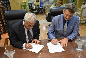 مدير مكتب اليونيسف في القاهرة، برونو مايس ومحافظ أسوان اللواء أحمد ابراهيم يوقعان اتفاقية حماية الأطفال.